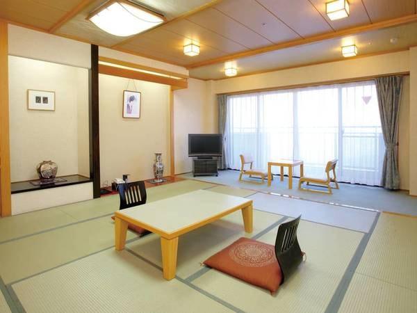 【新館・夜景側/例】広さ12.5畳の新館客室へご宿泊。客室にはバス・洗浄機能トイレを完備