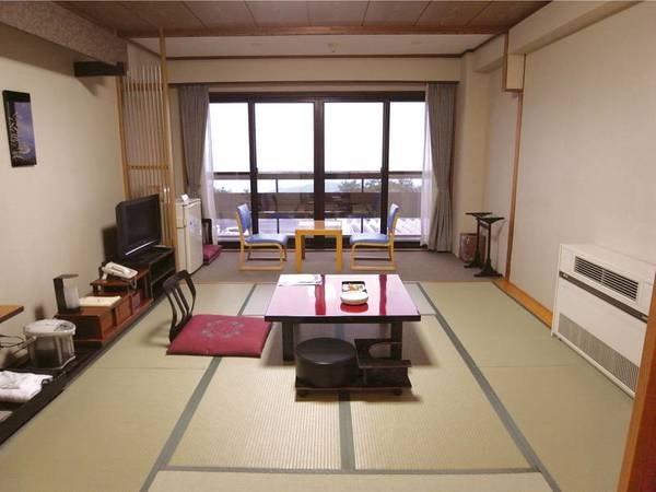 【本館・夜景側/例】2009年にリニューアルした本館客室は8畳の広さでトイレ付