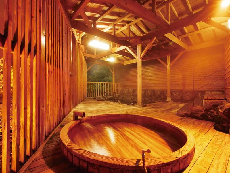 【露天風呂】『花の舞』渓谷を望む木造り露天風呂