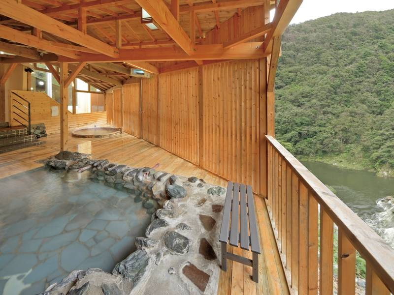 【露天風呂】渓谷側に面しており、季節の移り変わりを楽める