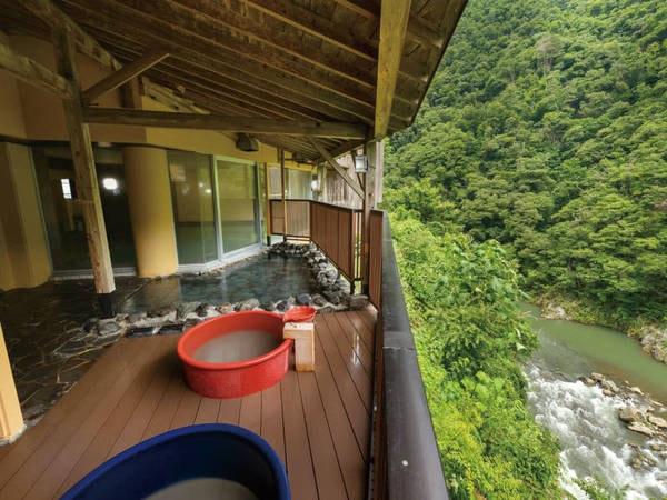 【露天風呂】渓谷側に面した露天風呂。陶器造りなど多彩な湯殿完備
