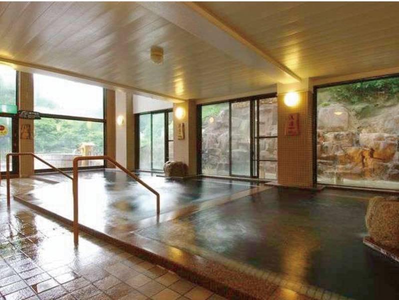 【大浴場/淵の湯】二階建ての珍しい造りの大浴場。二階の湯船からは水車を望む