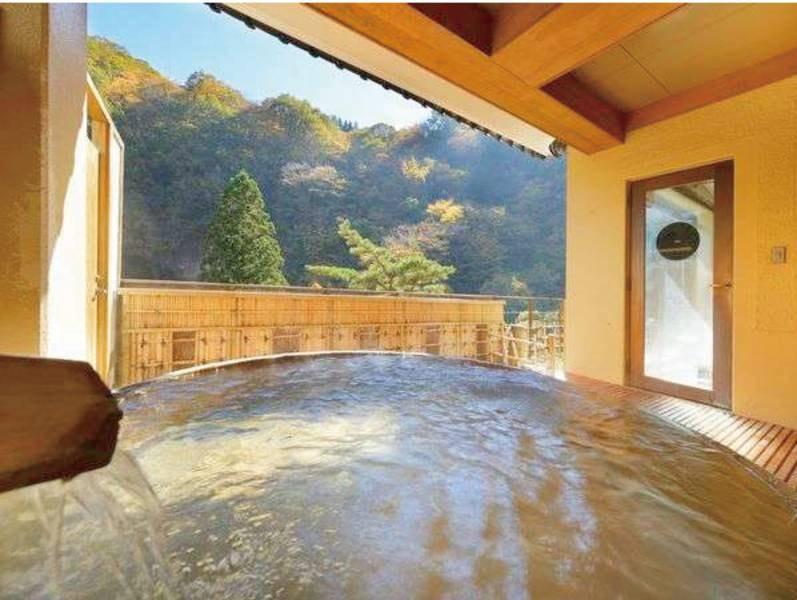 【露天風呂/淵の湯】二階建ての珍しい造りの大浴場。二階の湯船からは水車を望む