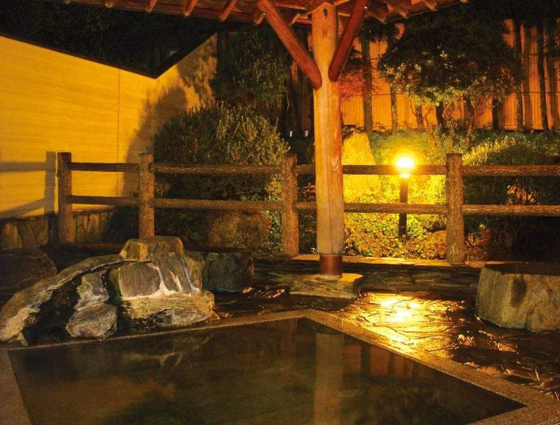 【露天風呂】夜は幻想的な雰囲気に