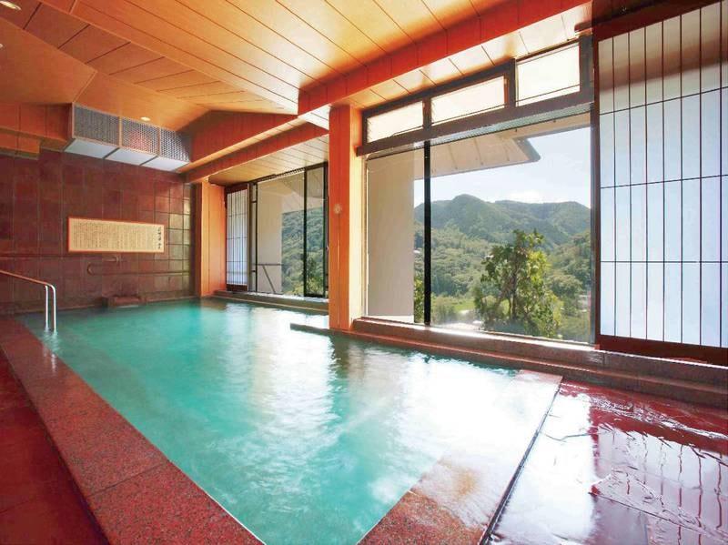 【大浴場/雪枝の湯】四季ごとに表情を変える山々を望める展望風呂