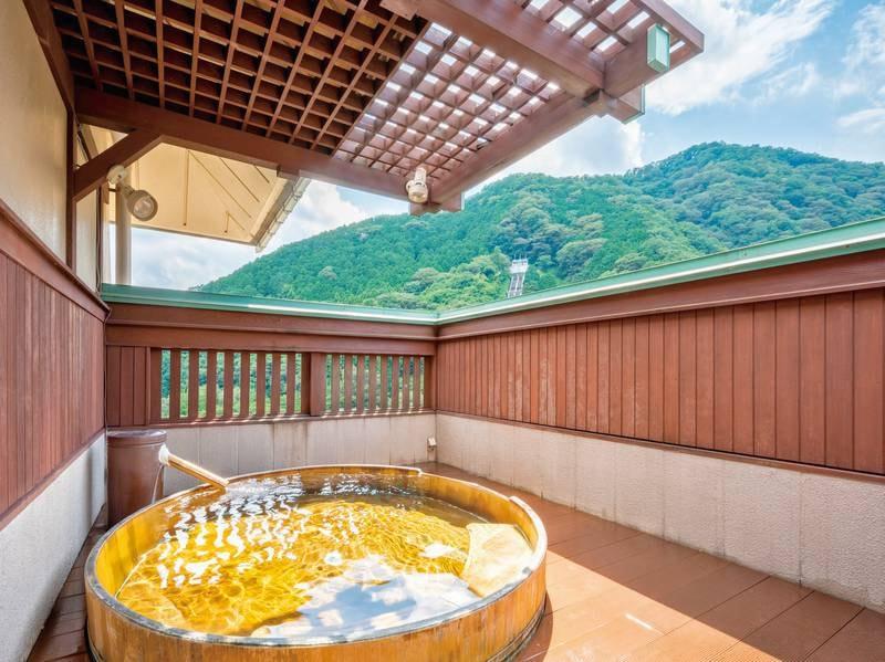 【露天風呂/雪枝の湯】栄楽泉と市営泉の2種の源泉をブレンドした天然温泉が湯船に注ぐ