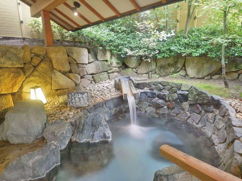 【貸切風呂「湯次郎の湯」】十分な広さで宿泊者にも好評の露天併設貸切風呂※有料