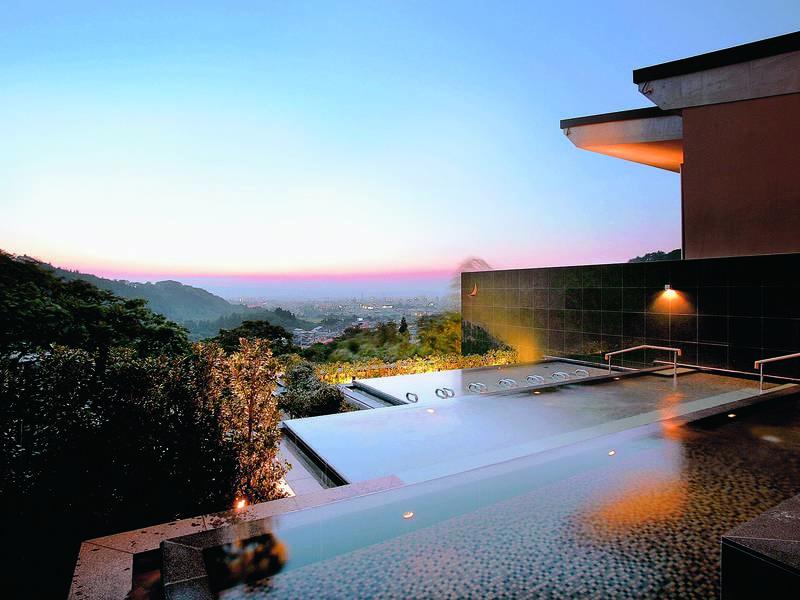 【棚雲の湯】重なり合う三層の湯殿から各々に合った絶景を楽しめる(男女時間入替制)
