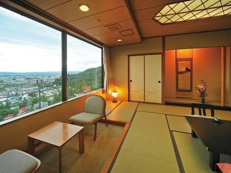 【タワー館和室/例】開放的な眺めが自慢のタワー館和室からは会津若松市街を大パノラマで望む
