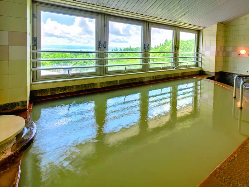 【大浴場】猪苗代湖を望む展望大浴場には自家源泉「四季の湯」が注ぐ