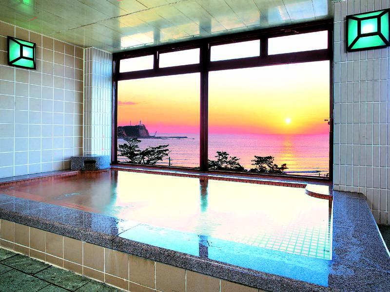 【大浴場】晴れた朝には展望大浴場から太平洋を昇る朝陽を望める