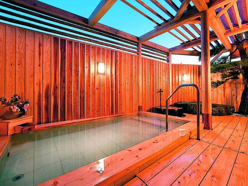 【露天風呂】檜作りの露天風呂でも自慢の温泉を満喫できる