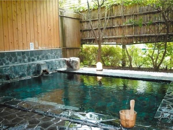【露天風呂】新緑を望みながらの入浴は開放感あふれる!