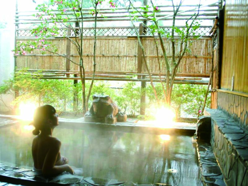 【露天風呂】摺上川からの風が心地良い露天風呂で至福の時間を。大浴場もあり!
