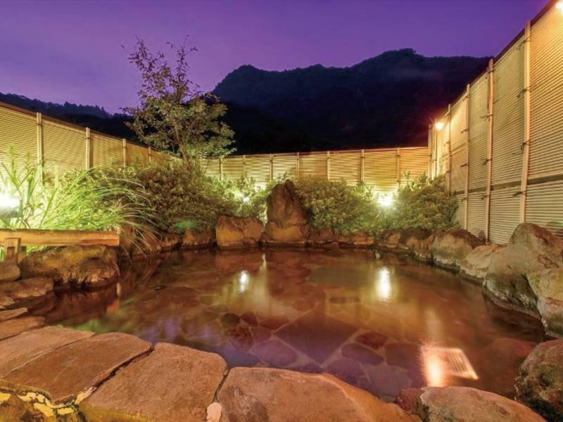 【露天風呂(夜)】空には満天の星空が広がります