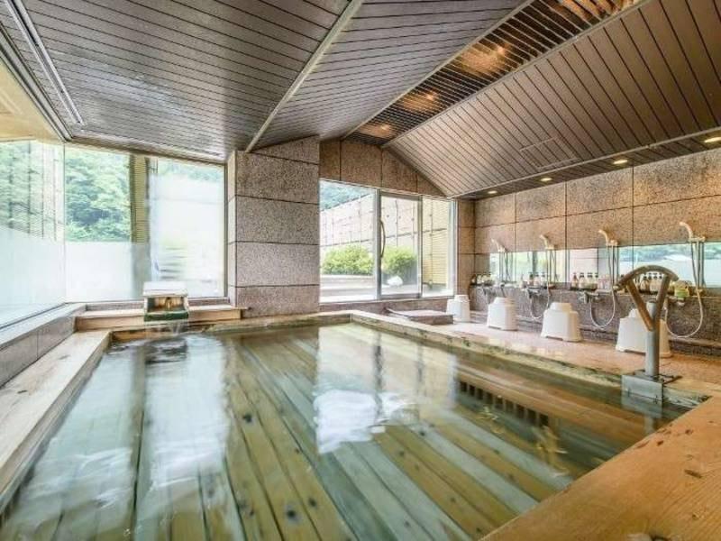 【女性大浴場/小粋の湯】檜造りの内湯で癒される