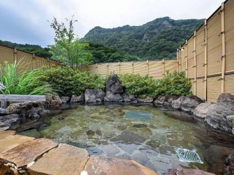 【女性露天風呂/花祭り】湯につかり、見上げれば雄大な自然と広い空