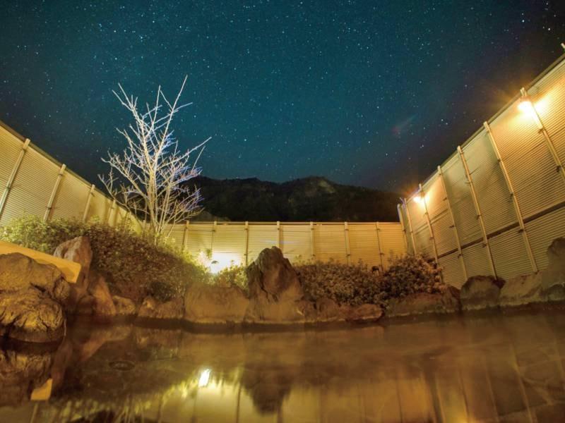 【露天風呂(夜)】空には満天の星空が広がり幻想的な雰囲気