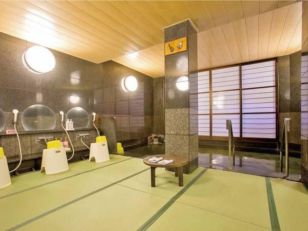 【和室風呂】畳敷きの大浴場で滑りにくく歩きやすい