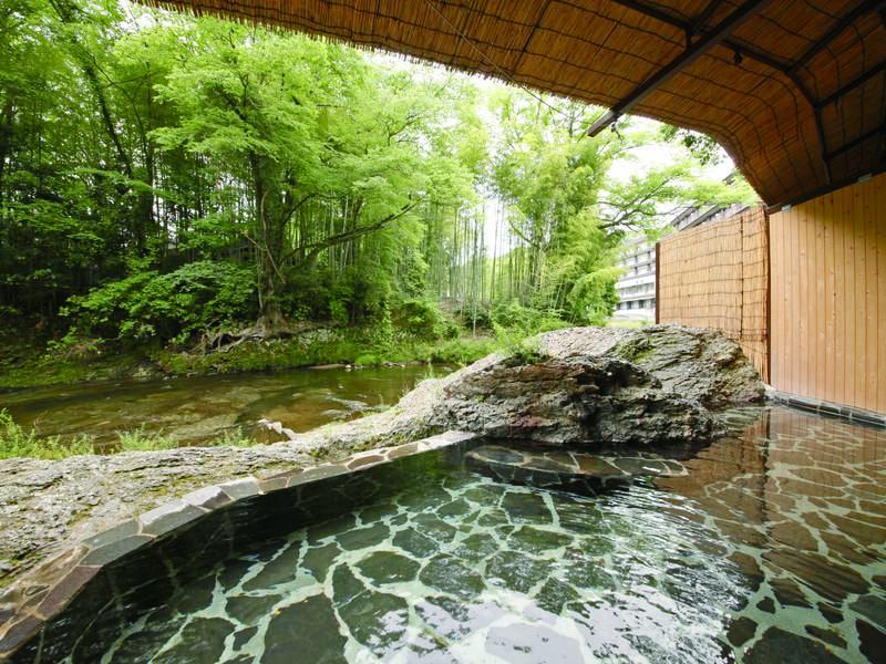 【渓流露天風呂/例】外部通路を抜けた先にある源泉かけ流しの露天風呂