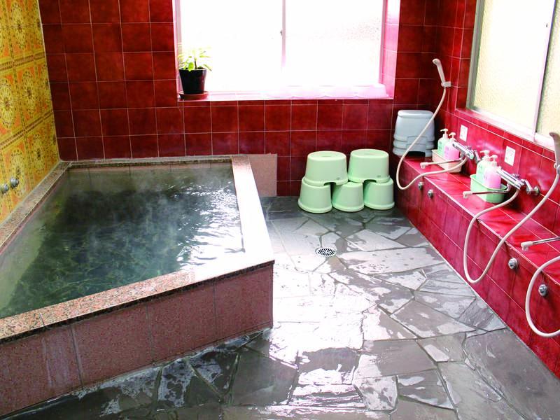 【大浴場】湯は麦飯石(ばくはんせき)を通過させるため湯冷めしにくいといわれる