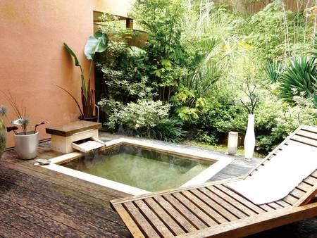 【客室露天風呂/一例】ウッドデッキとチェアで癒しのひととき