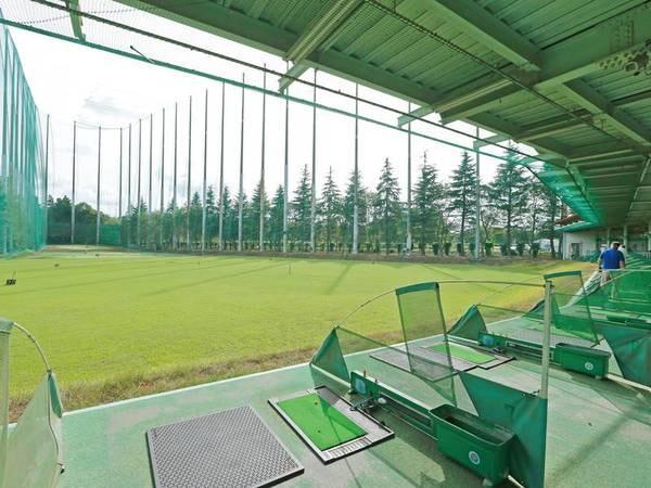 【併設/ゴルフ練習場】緑に囲まれた静かな環境です(全26打席)※有料