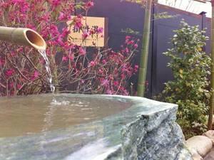 【温泉】明るい青空のもと、季節の木々を感じながら温泉を楽しめる