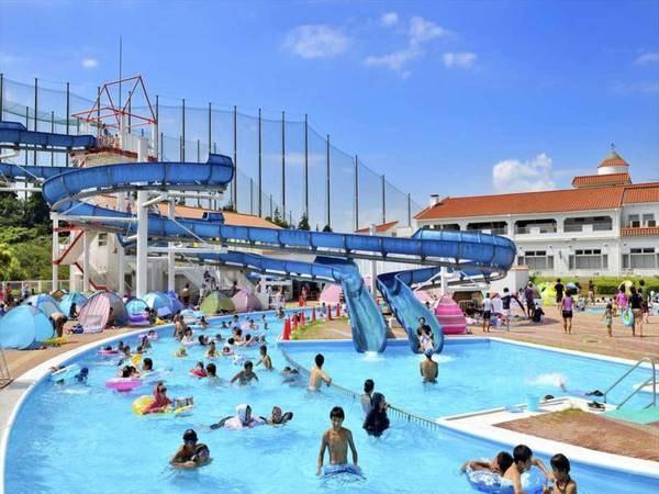 【併設/屋外プール(夏季限定)】ウォータースライダーは高低差10メートル、全長100メートル!