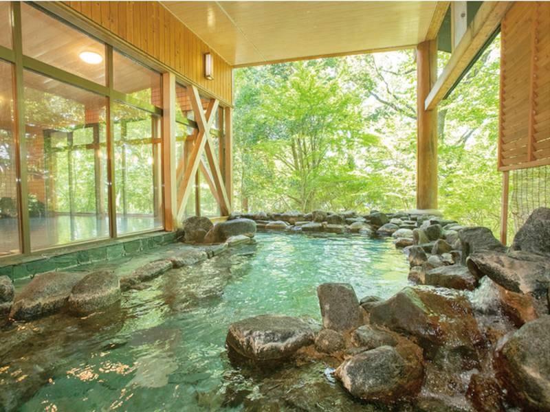 【露天風呂】岩造りの露天風呂で大子の心地よい風を感じながら湯浴み