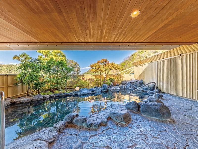【男性用露天風呂】野趣あふれる岩風呂。桂川のせせらぎと心地良い自然の風を感じる