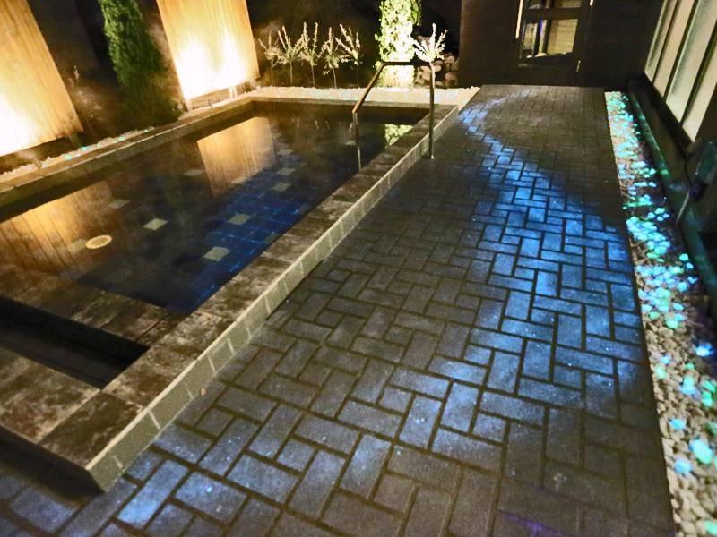 ★新露天風呂★夜はライトアップで周辺が光り露天風呂をさらに演出してくれます…☆