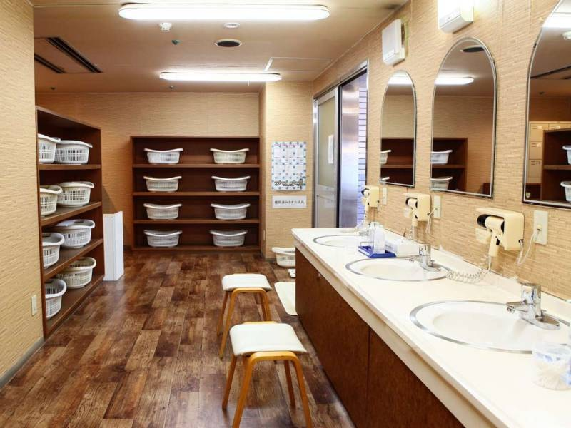 大浴場脱衣所。のんびりゆったりの館内大浴場を御利用下さいませ