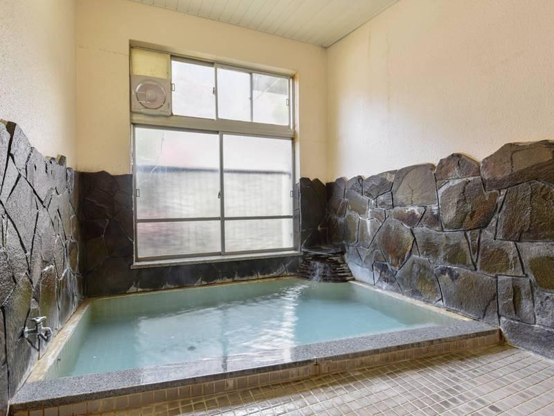 *女性風呂/弱アルカリ性で刺激が少なくやさしい温泉を、男女別の岩風呂で存分にお楽しみください。