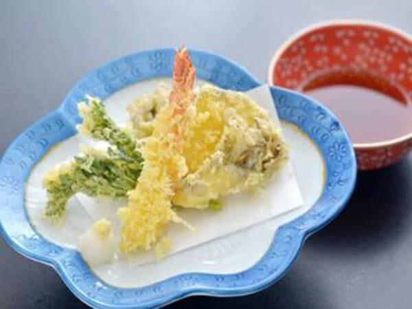 *夕食一例/山菜や海産物など、その時期旬の食材をご用意する季節の天ぷら。