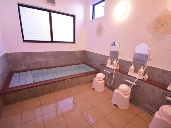 かけ流しのお湯を大理石の浴槽でお寛ぎください。
