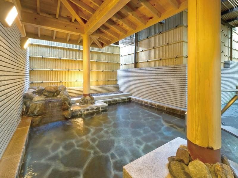 【露天風呂】ほんのり心地よい風を感じながら温泉満喫