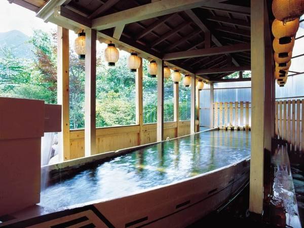 【鬼怒川パークホテルズ】夕食では地場食材を盛り込んだ会席を楽しめる。ライン下りで使用された舟を使った露天等全5種の多彩な湯船