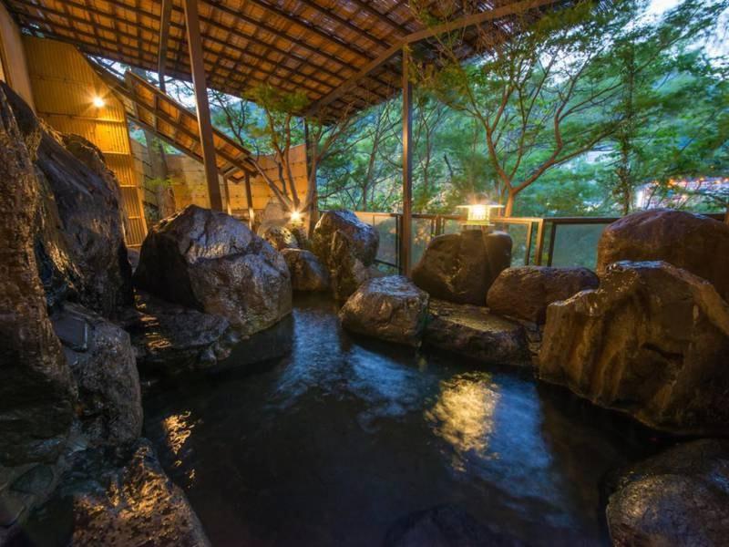 【露天風呂】葉がこすれる音や川のせせらぎに癒される