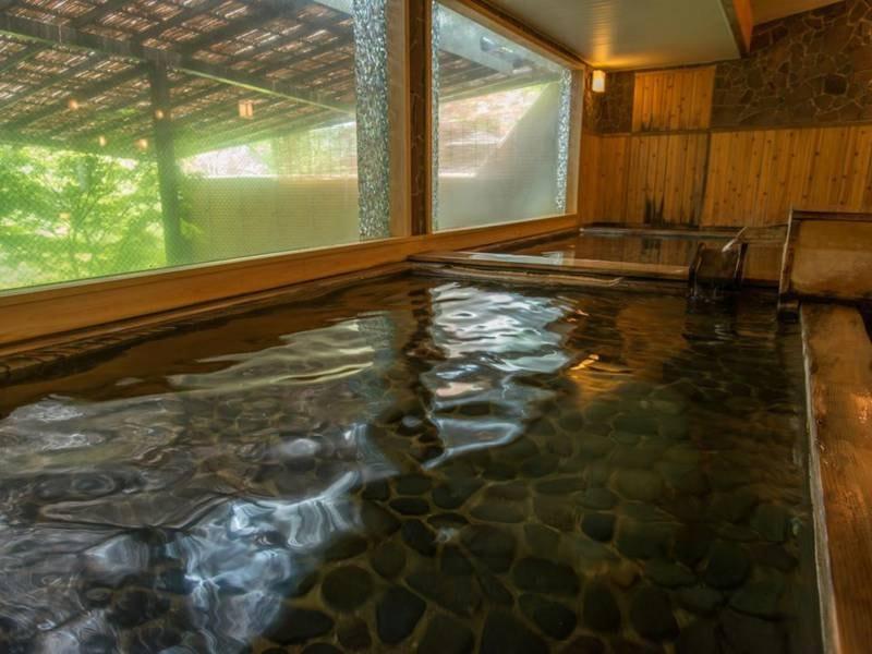 【古代檜風呂】窓の外に鬼怒川と季節を彩る木々を望む