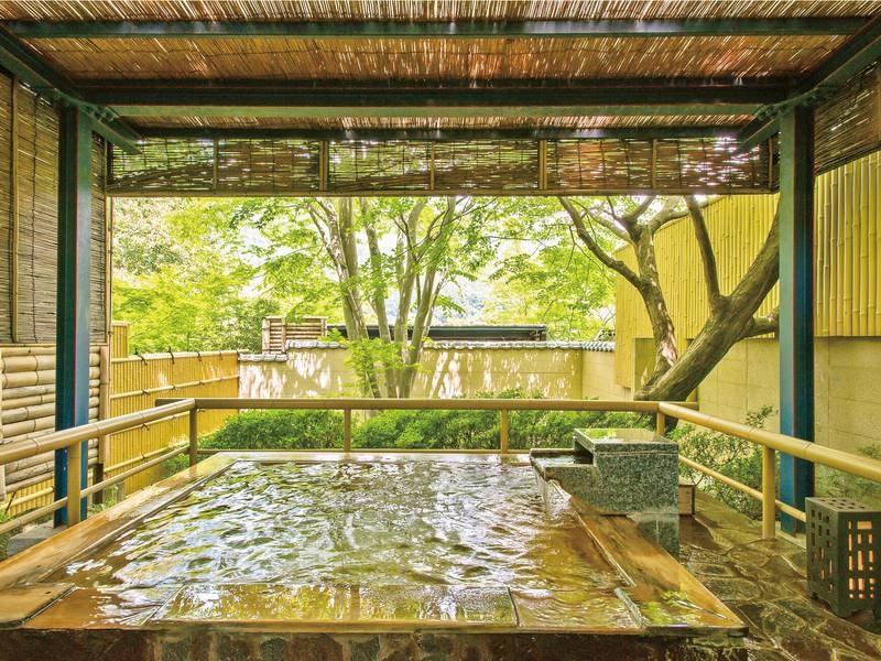 【庭園貸切露天風呂】緑豊かな木立に囲まれた空間でプライベートなひととき