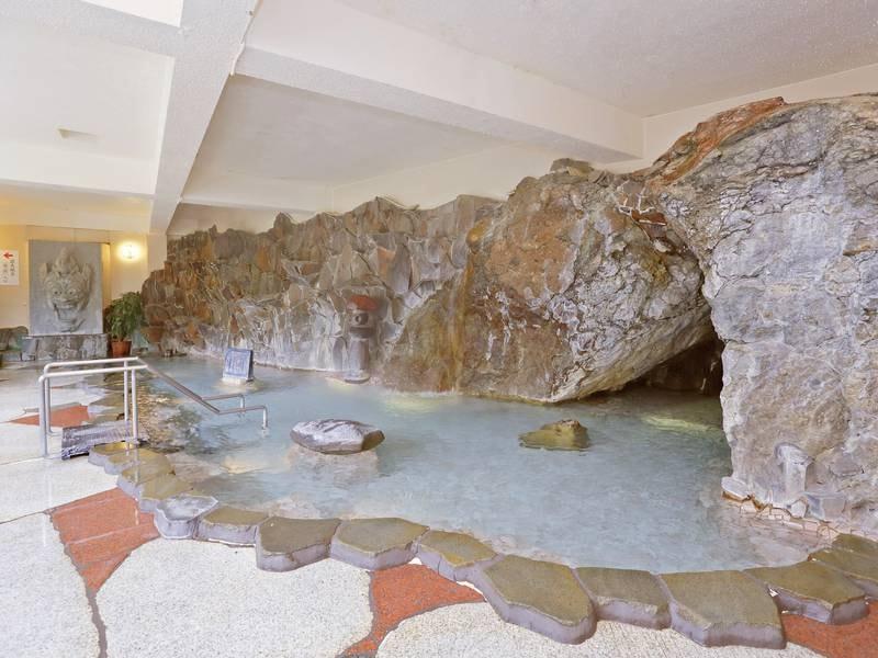 【岩風呂「蘭陵」】毎分1,000リットル以上もの豊富な湯量を誇る