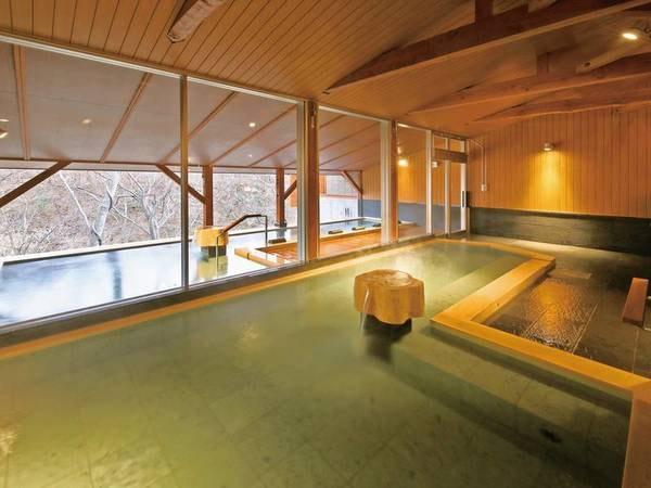 【桧内湯】木をテーマにした大浴場。大きな窓からは露天風呂、そして鬼怒川渓谷の景色を望む