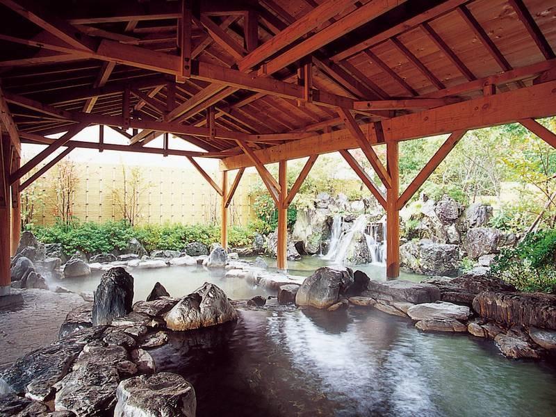 【露天風呂】樹々の緑と川のせせらぎに囲まれた大型露天風呂