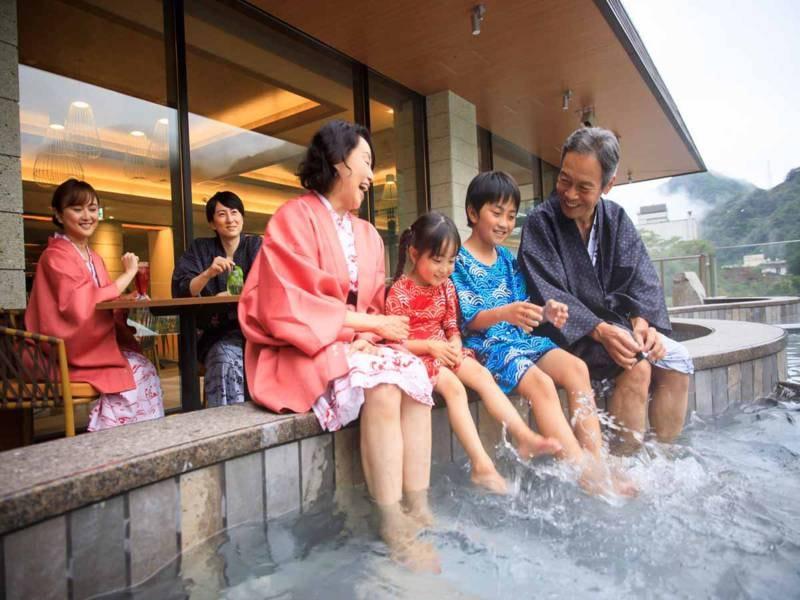 *【水盤テラス:足湯(一例)】みんなで入れる足湯に浸かって、家族の会話も弾みます♪
