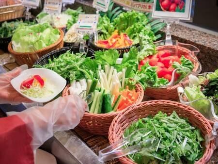 *【夕食バイキング(一例)】地産の新鮮野菜いっぱいのサラダコーナー♪コロナ対策も万全です!