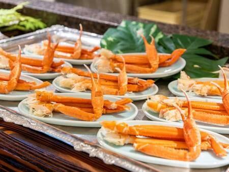 *【夕食バイキング(一例)】夕食は蟹も食べ放題!!思う存分お召し上がりください。