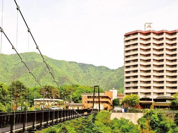 吊り橋/ホテル横