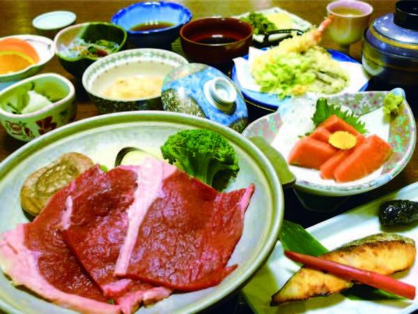 【山川の幸満喫会席/例】牛肉陶板焼きや日光湯葉の煮物、季節のお造りなどが並ぶ夕食