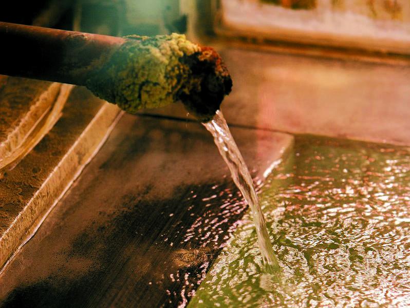 【湧出口】泉質の良さを語る湯の花がたっぷり付着